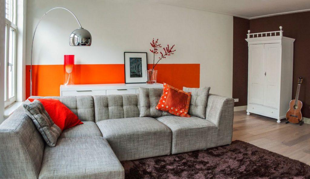 интерьер в ярких цветах гостиная с оранжевыми акцентами