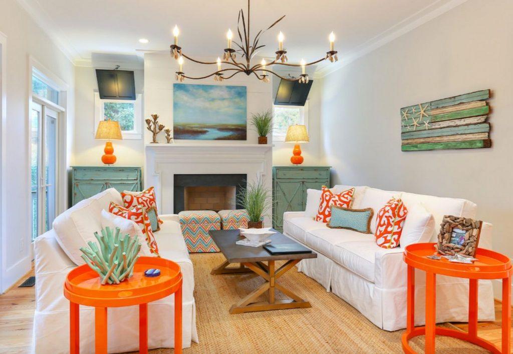 интерьер в ярких цветах гостиная с оранжевыми столиками и яркими подушками