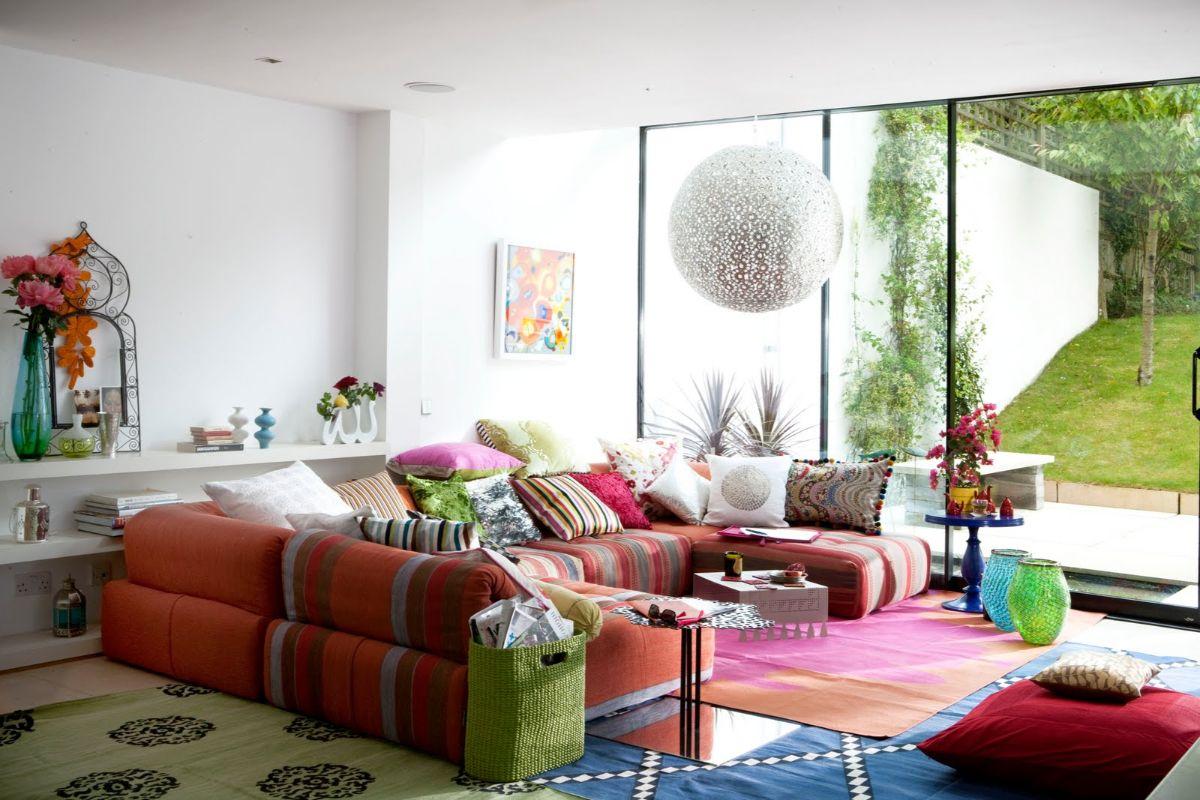 интерьер в ярких цветах гостиная с панорамным окном