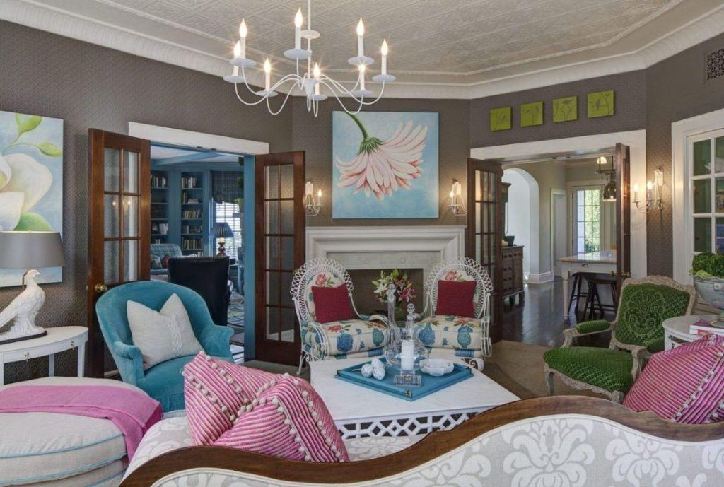 интерьер в ярких цветах гостиная с серыми стенами и яркой мебелью