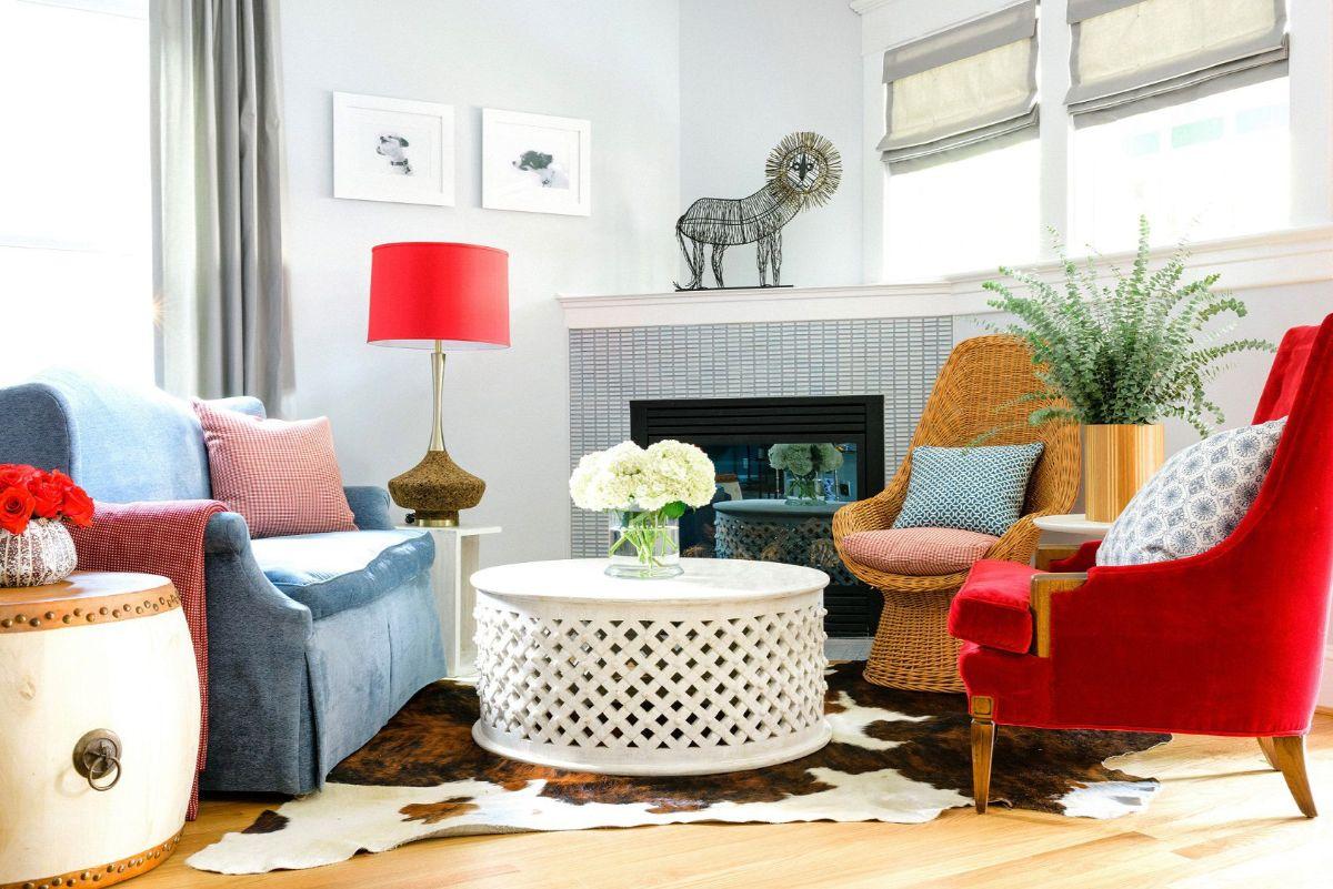 интерьер в ярких цветах гостиная с цветной мебелью