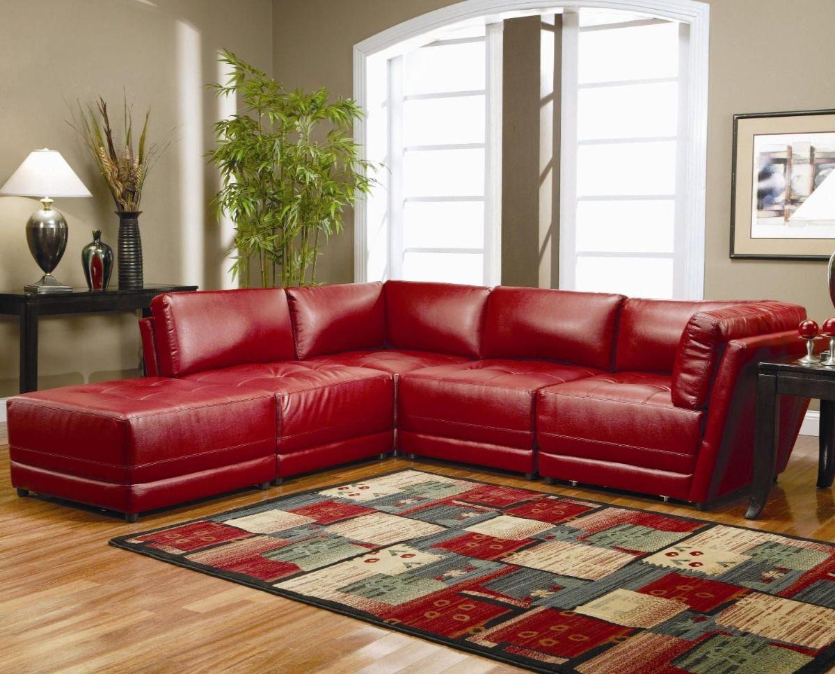 интерьер в ярких цветах гостиная с вишнёвым диваном