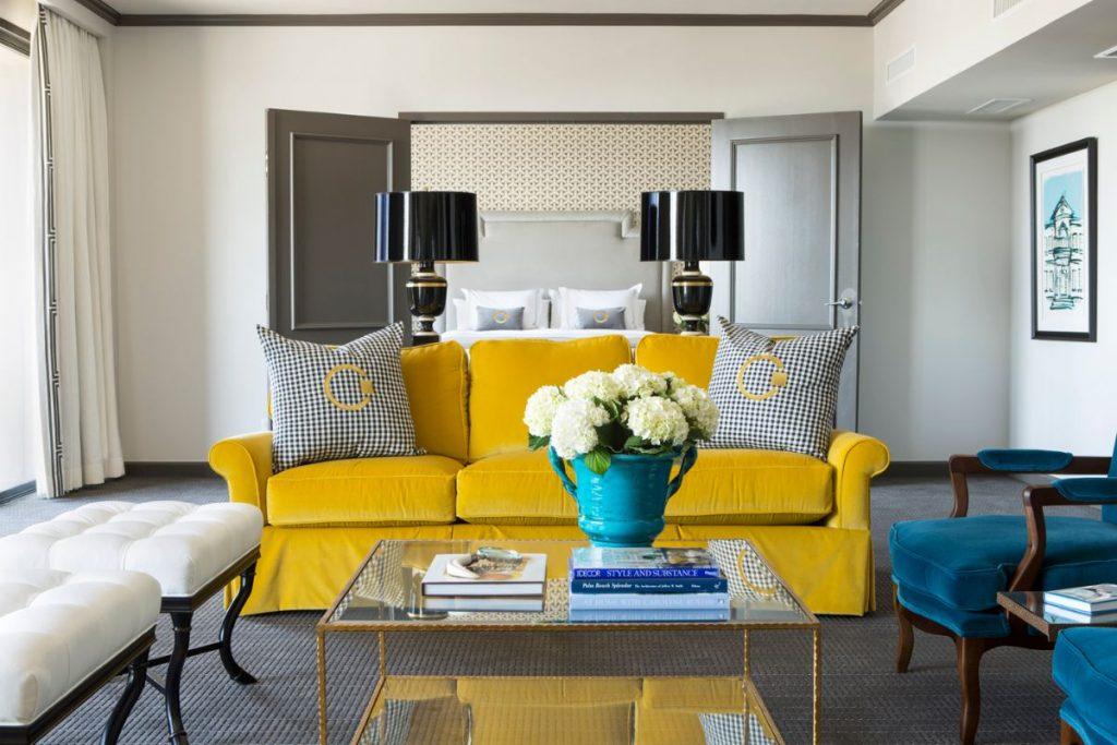 интерьер в ярких цветах гостиная с жёлтым диваном