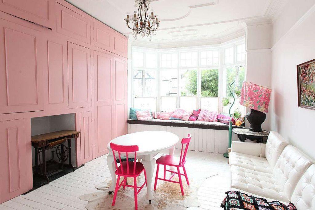 интерьер в ярких цветах красивая гостиная с эркером