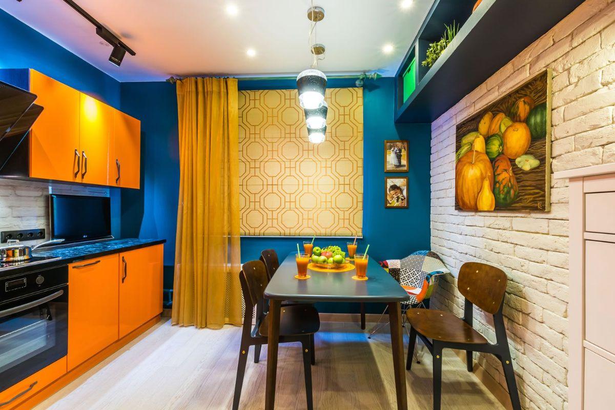 интерьер в ярких цветах кухня в синем цвете с оранжевыми акцентами