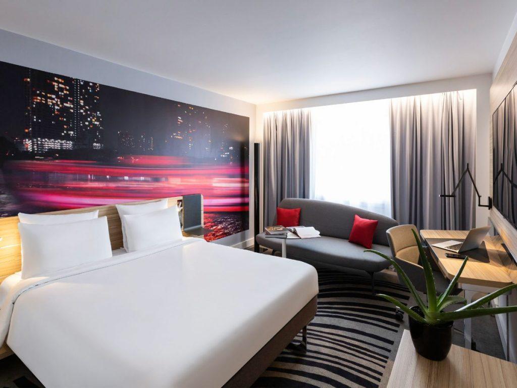 интерьер в ярких цветах спальня с фотообоями