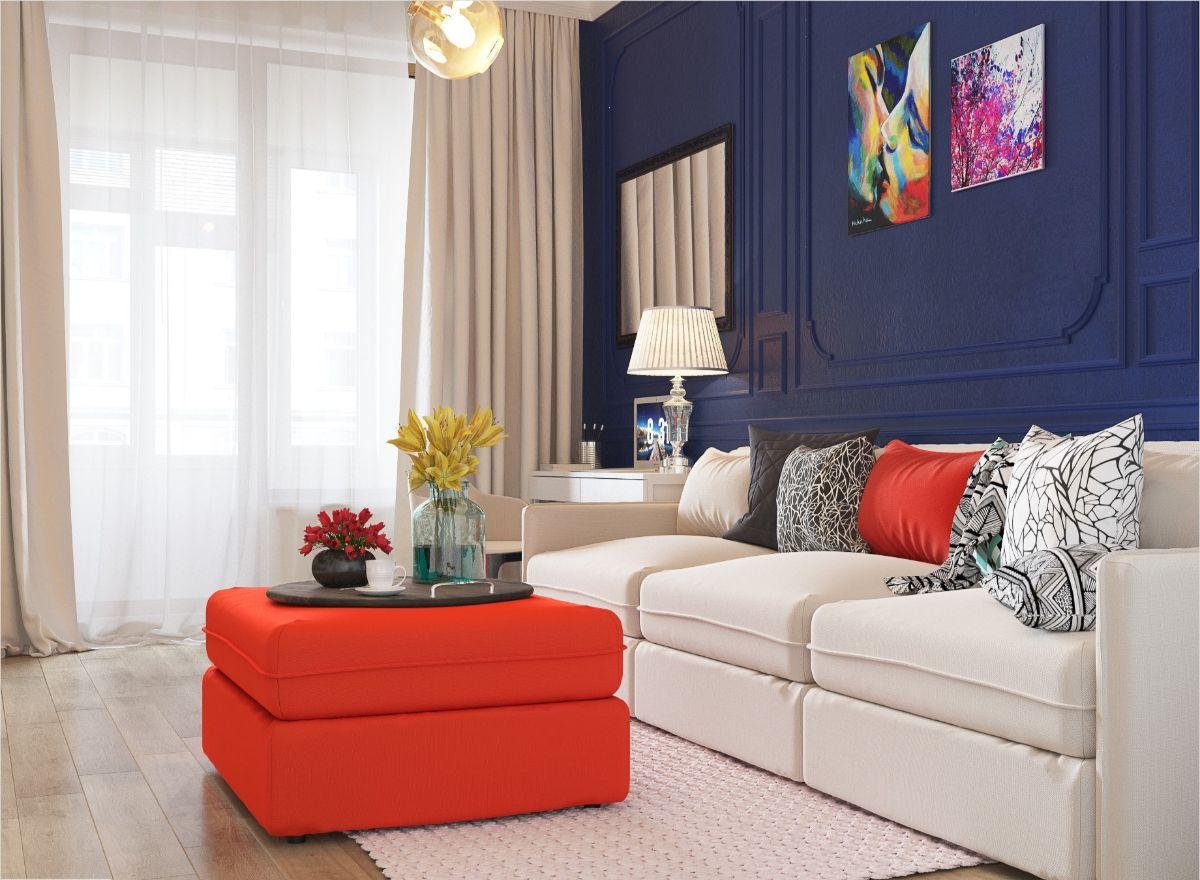 интерьер в ярких цветах светлая гостиная с синей акцентной стеной и красным журнальным столиком