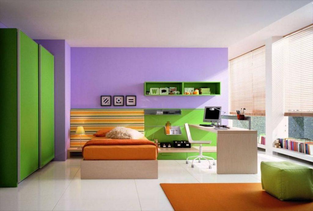 интерьер в ярких цветах зеленый шкаф и сиреневая стена