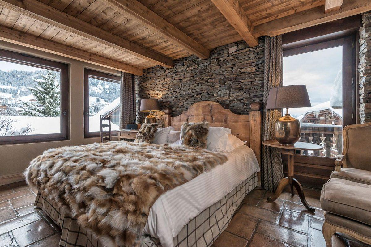 красивая спальня в стиле шале в горах