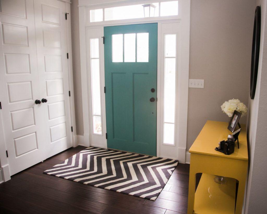 прихожая в скандинавском стиле дизайн с бирюзовой входной дверью