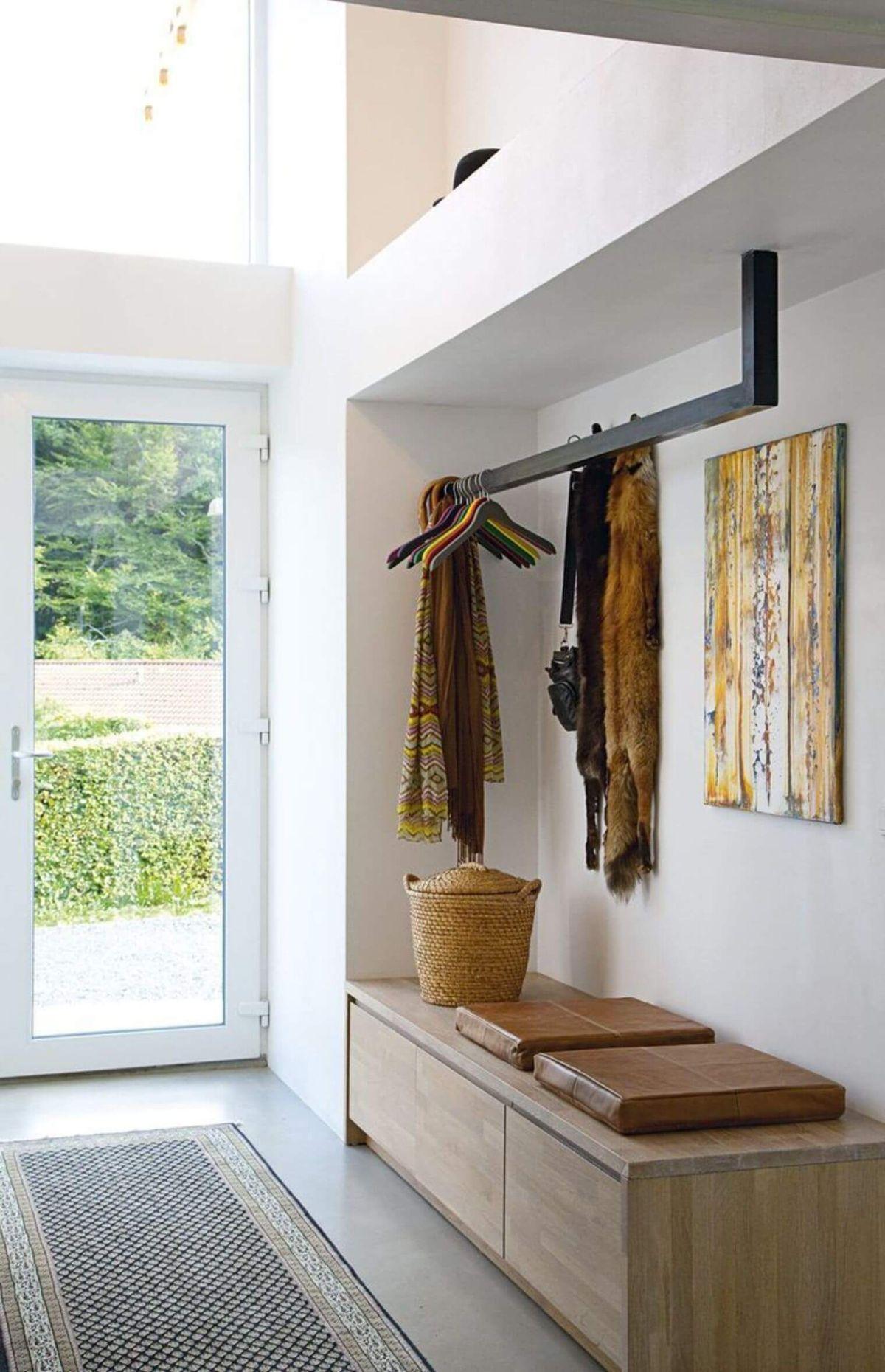 прихожая в скандинавском стиле дверь с панорамным остекленением