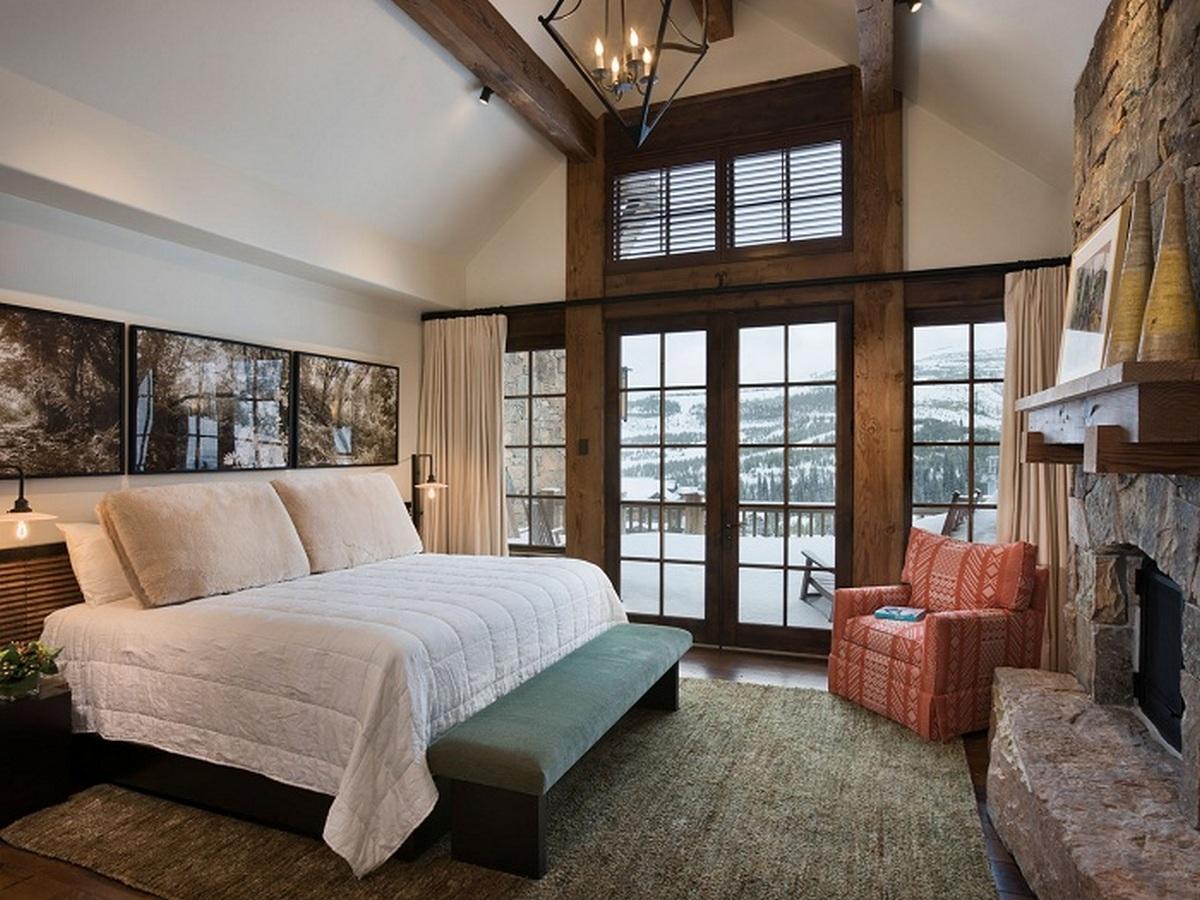 шикарная спальня в стиле шале в частном доме
