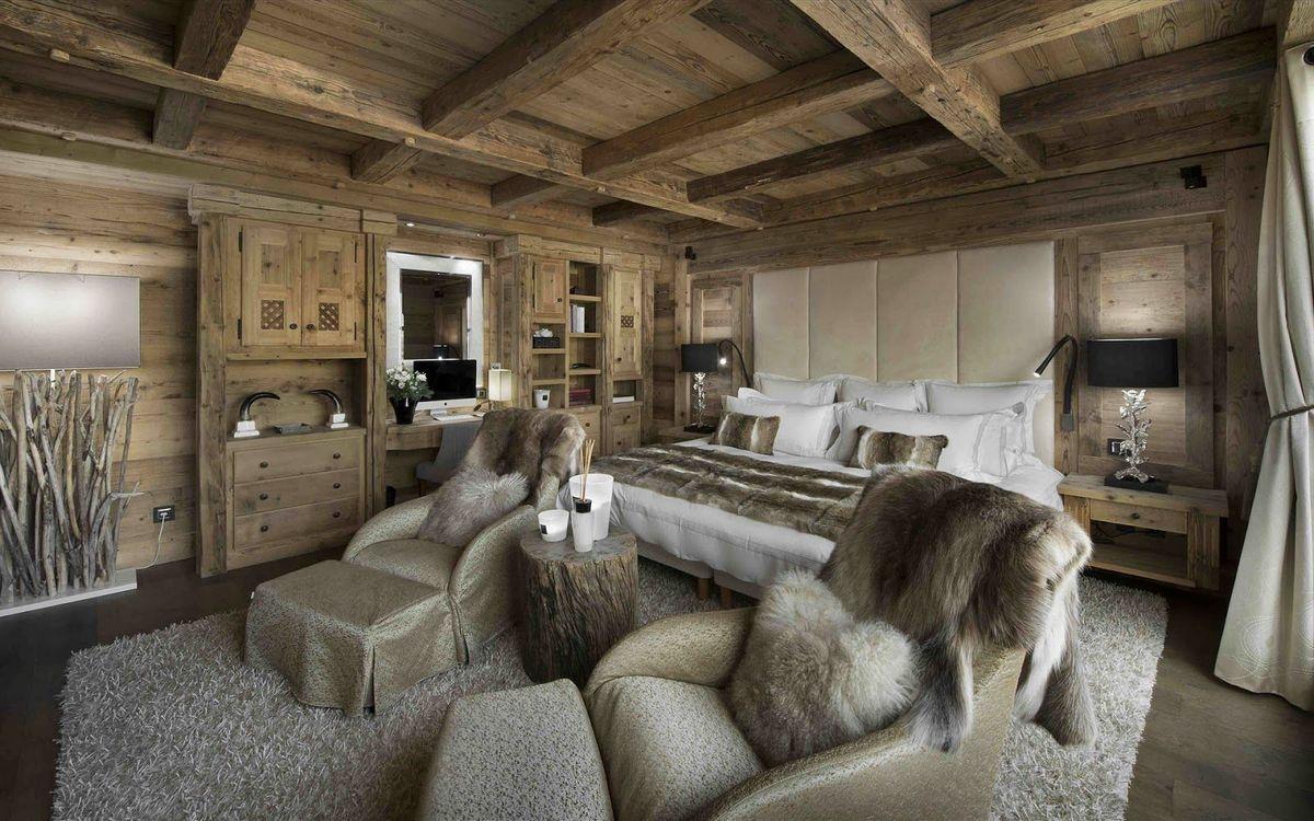шикарная спальня в стиле шале в доме фото