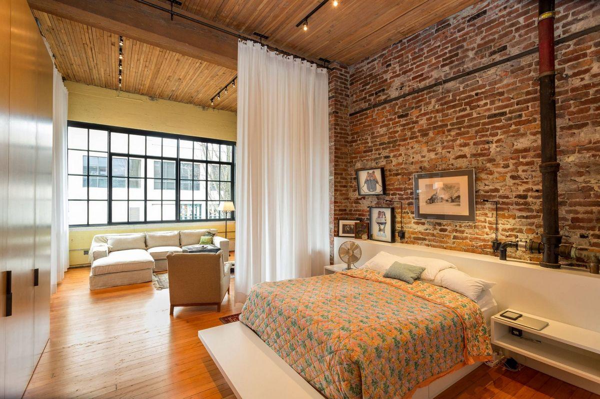 шикарная спальня в стиле шале в доме на фото