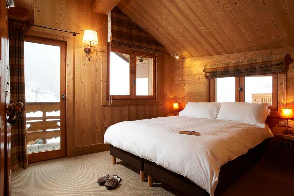 спальня в стиле шале в доме