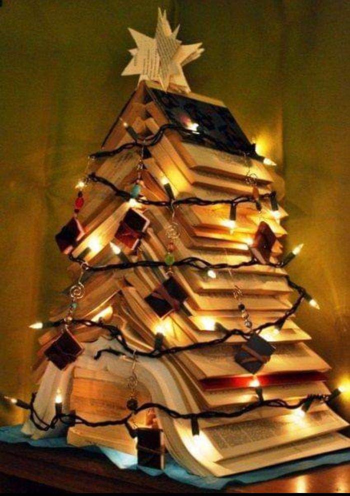 новогодняя ёлка из книг в детскую