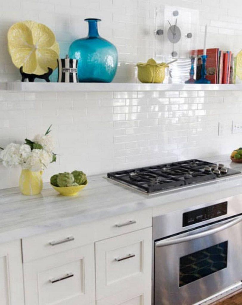 Декор стены на кухне посудой