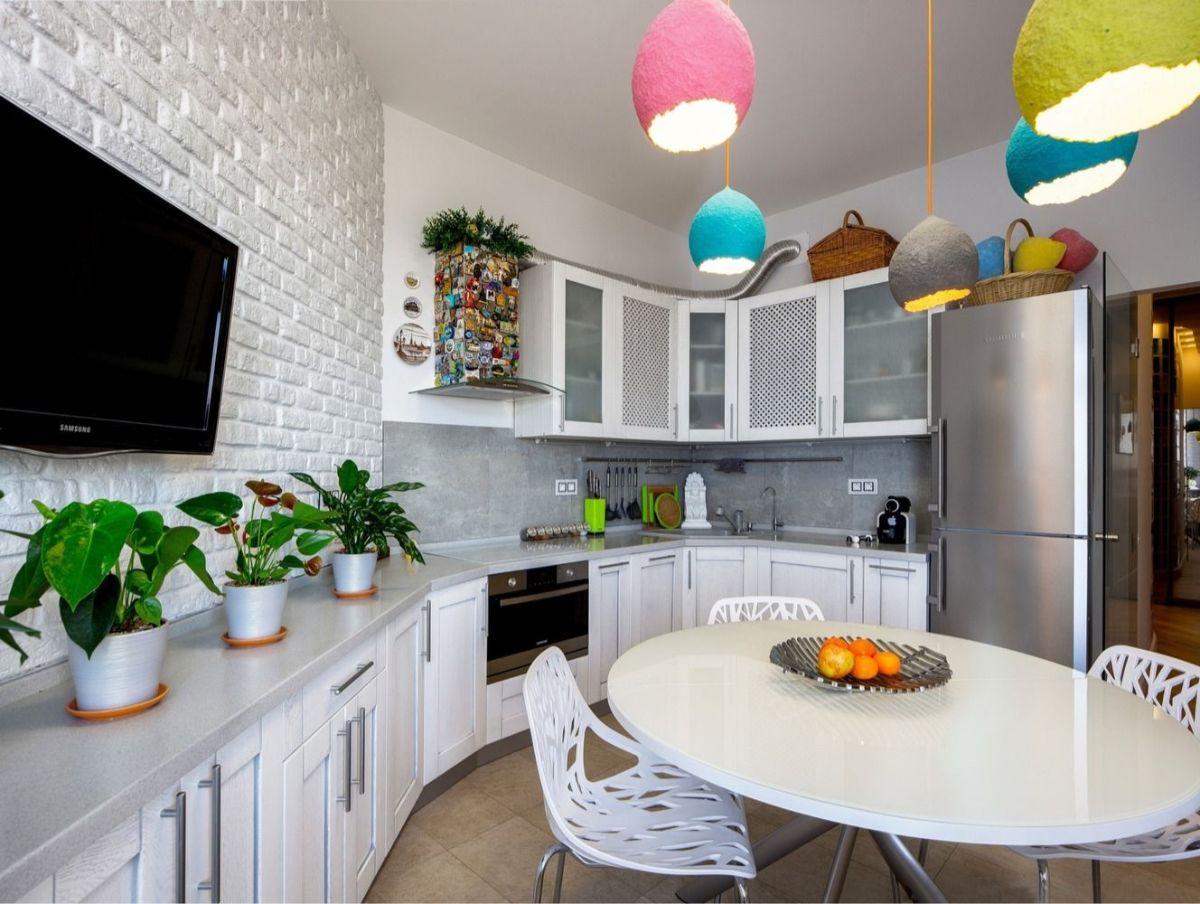 декор белой кухни цветные светильники