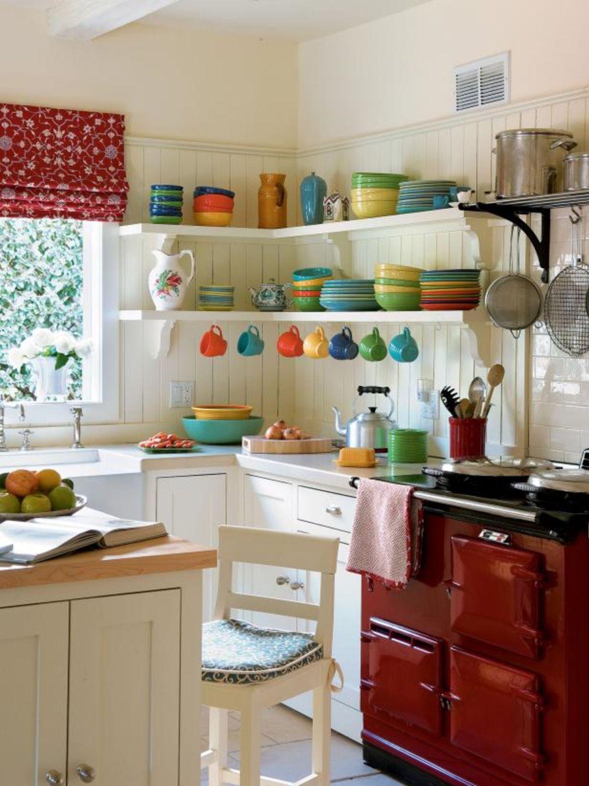 декор для небольшой кухни разноцветная посуда