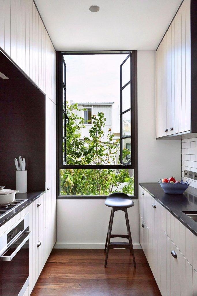 декор для узкой кухни тёмный пол на фоне белых стен
