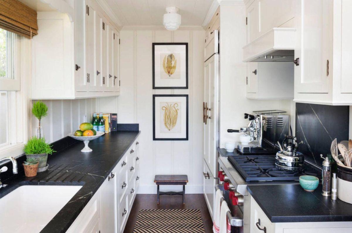 декор на белой кухне картины