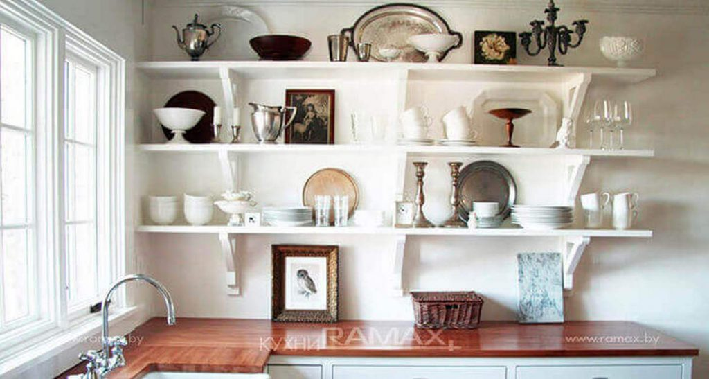 декор стен кухни из фарфоровой посуды