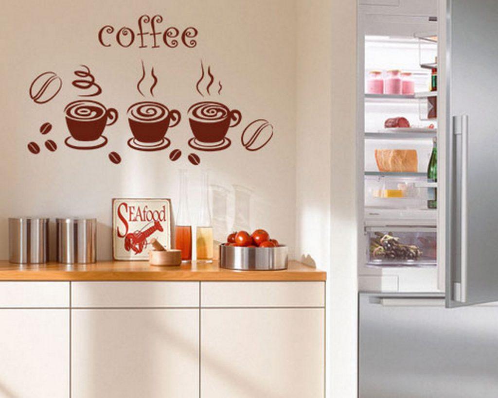 декор стены на кухне в обеденной зоне на фото