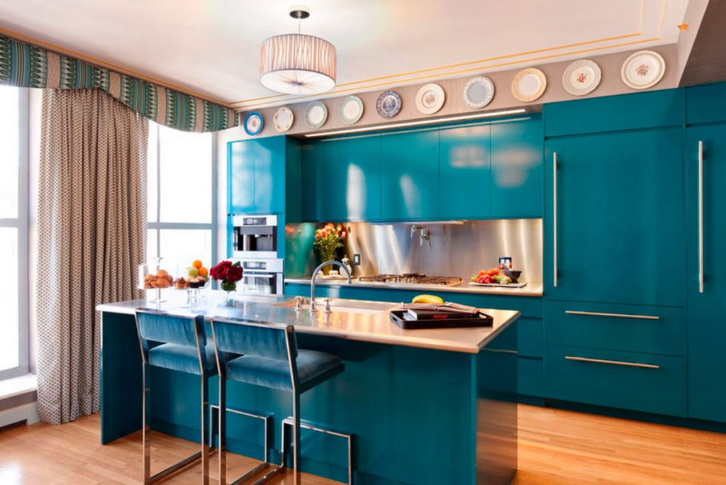 декор стены на кухне возле стола фото