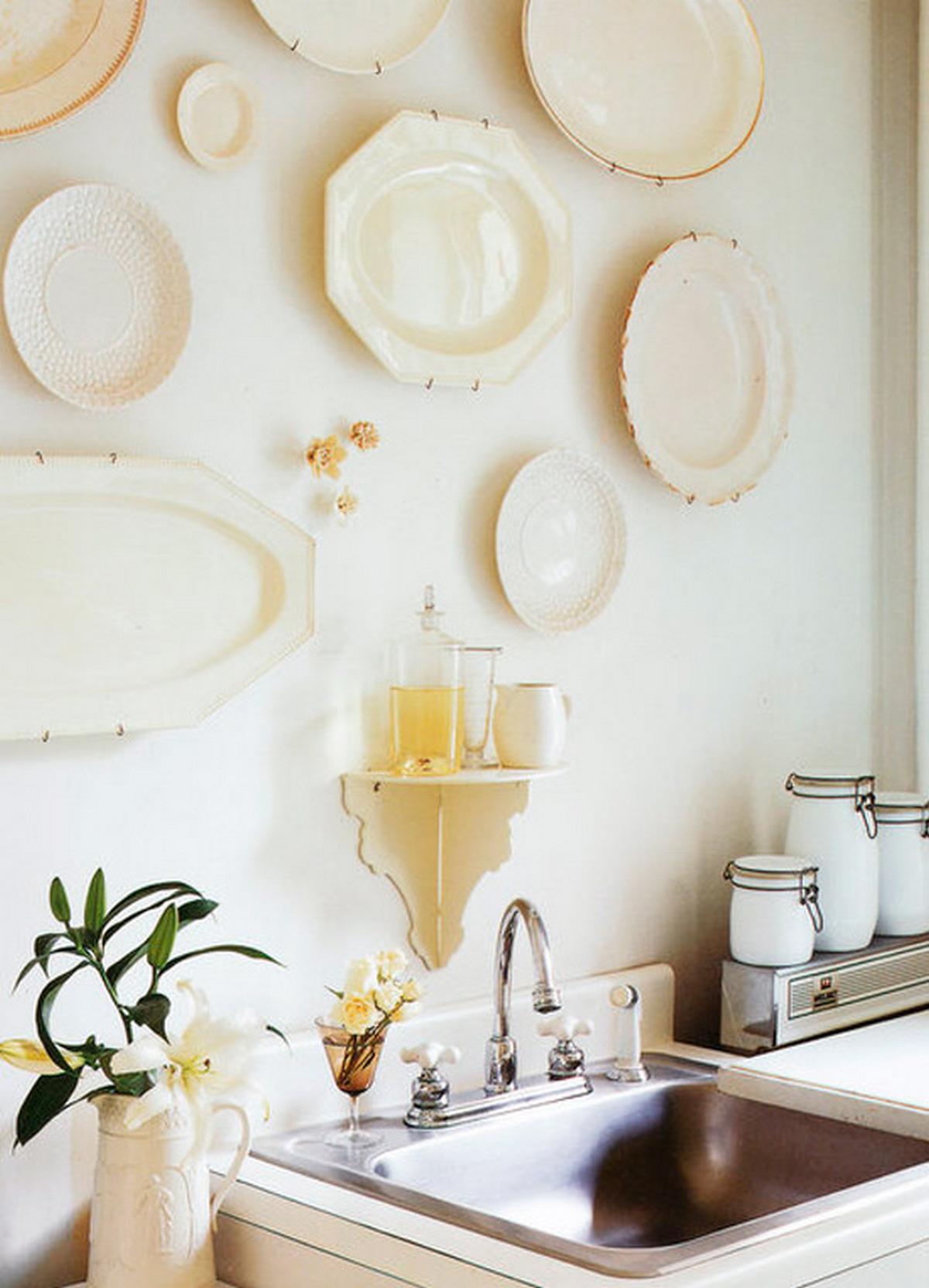декор стены на кухне возле стола на фото