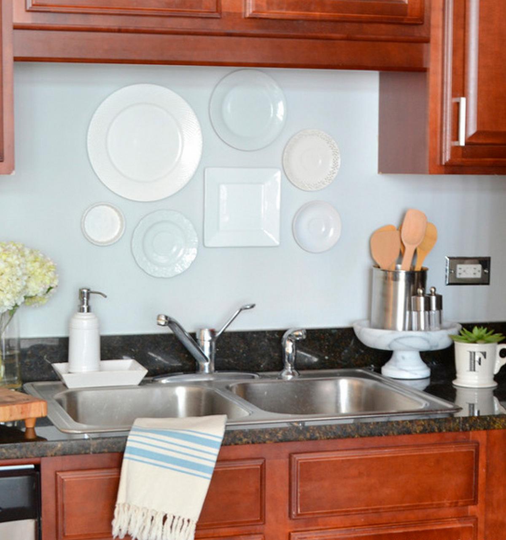 декор тарелками стены на кухне возле стола