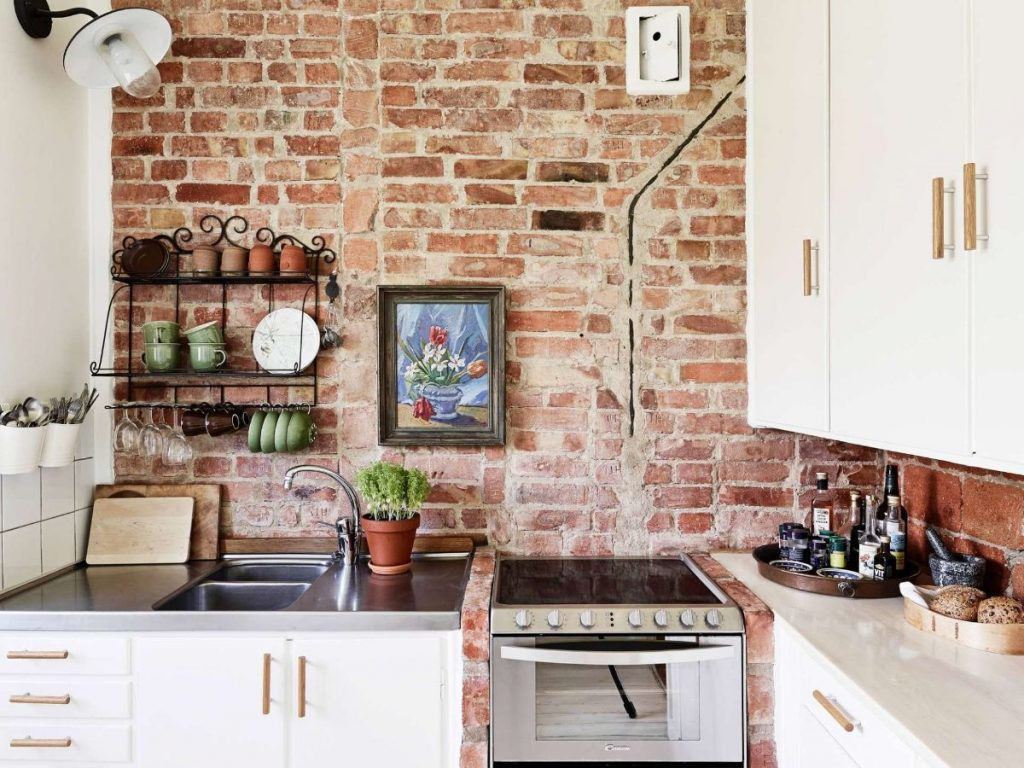 эффектный декор для кухни полка на кирпичной стене
