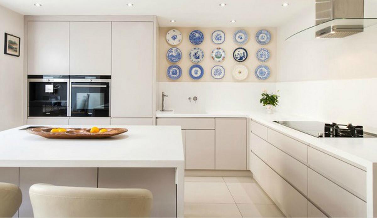 современный декор стен кухни тарелки