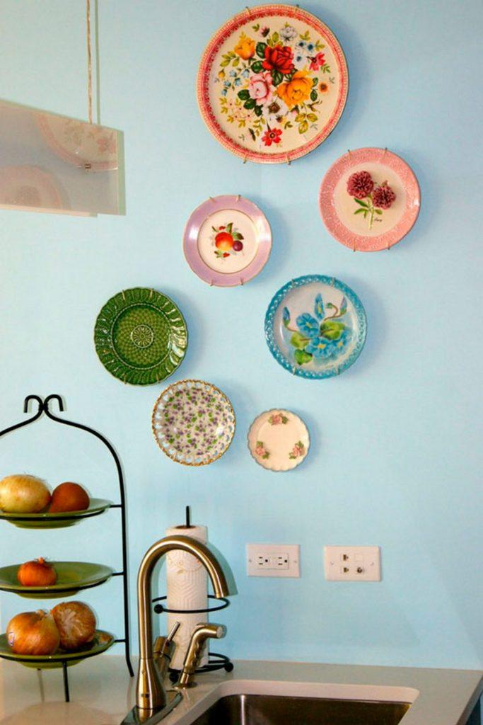 тарелки в рабочей зоне на кухне