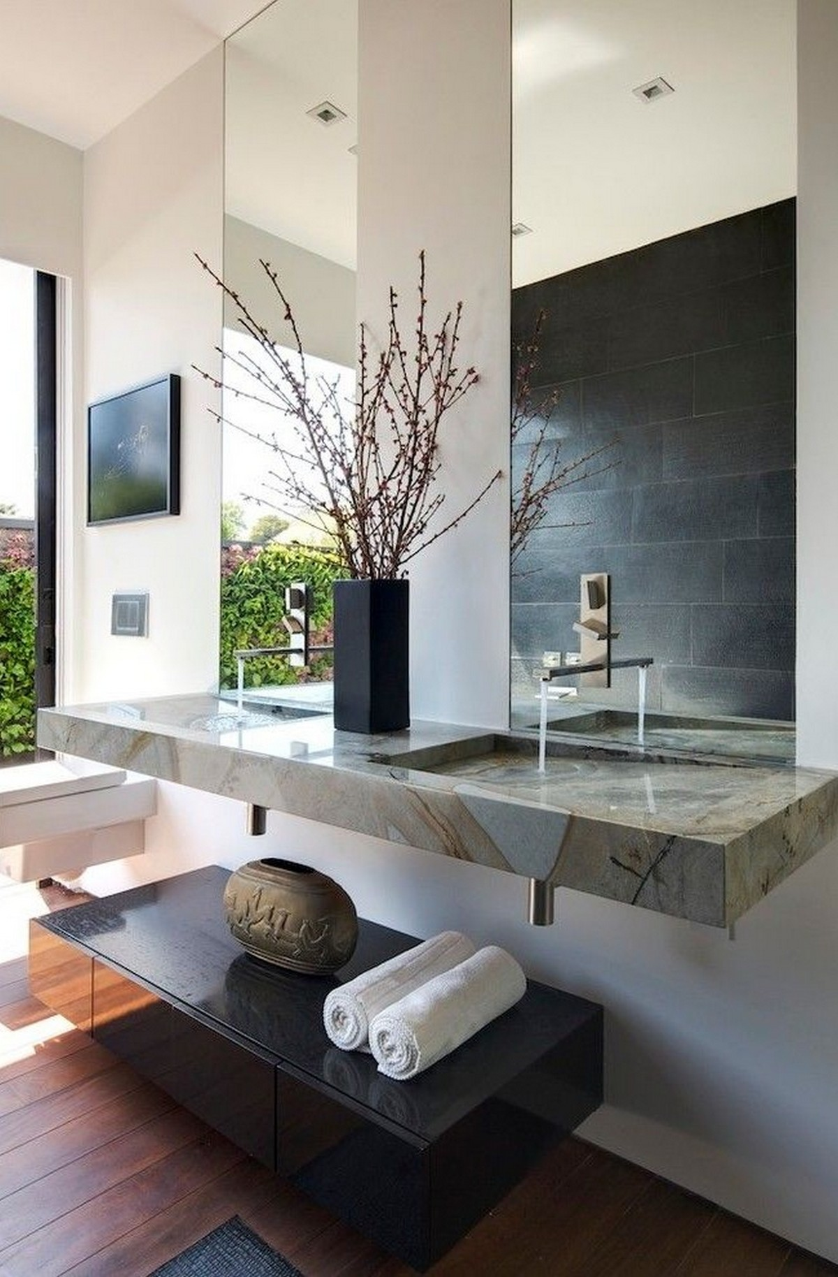 настенные зеркала в интерьере ванной комнаты