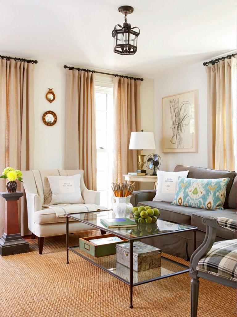 нюдовый интерьер гостиной с бежевыми шторами