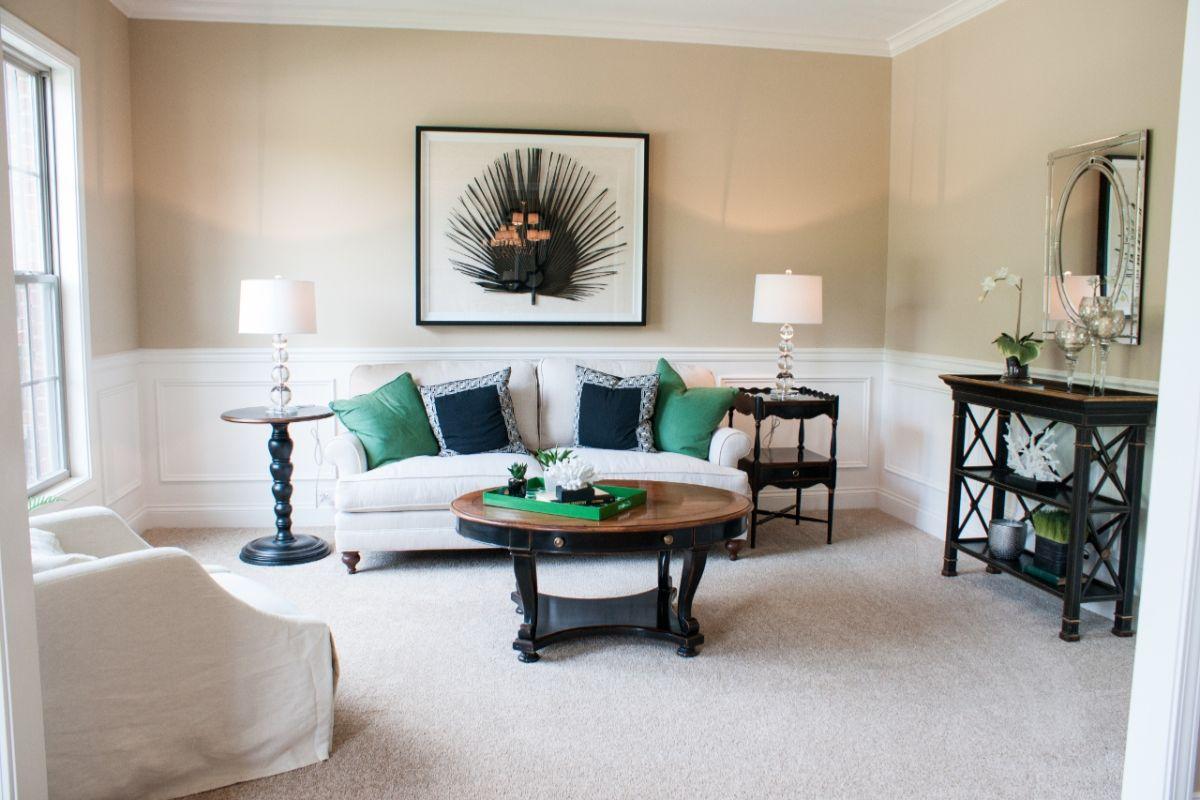 нюдовый интерьер гостиной в классическом стиле