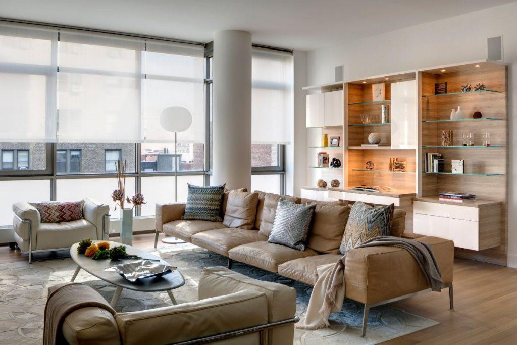 нюдовый интерьер гостиной с панорамными окнами