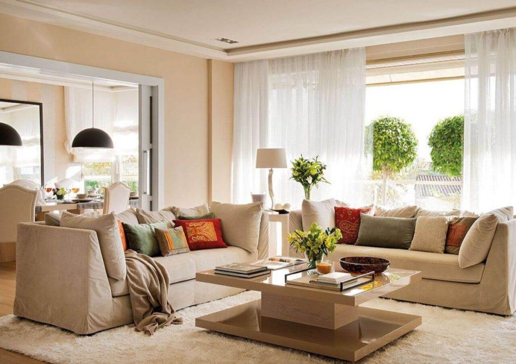 нюдовый интерьер гостиной в персиковом цвете