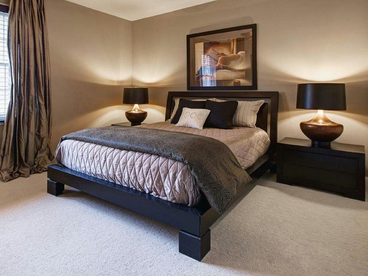 нюдовый интерьер спальни с коричневыми элементами декора