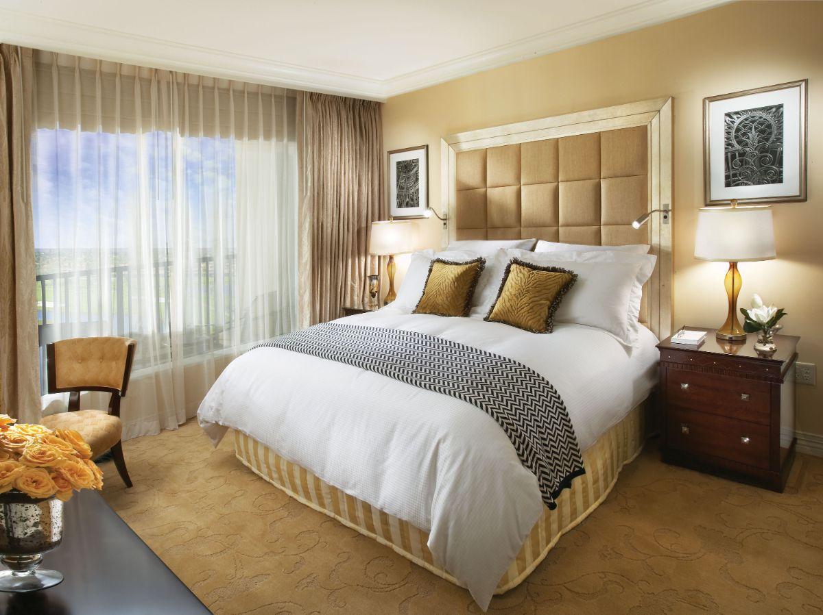 нюдовый интерьер спальни в золотых тонах