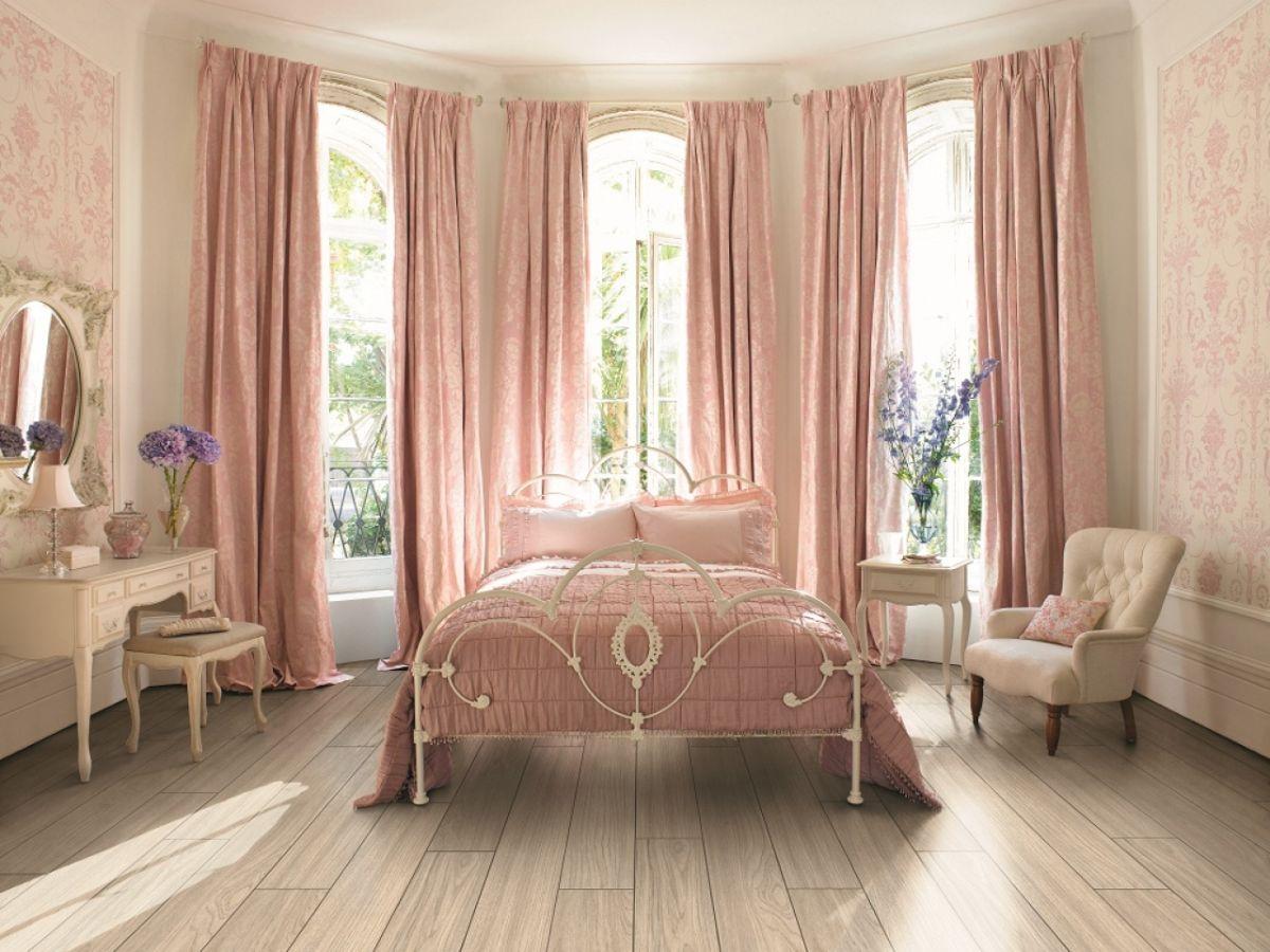 нюдовый интерьер спальня с эркером