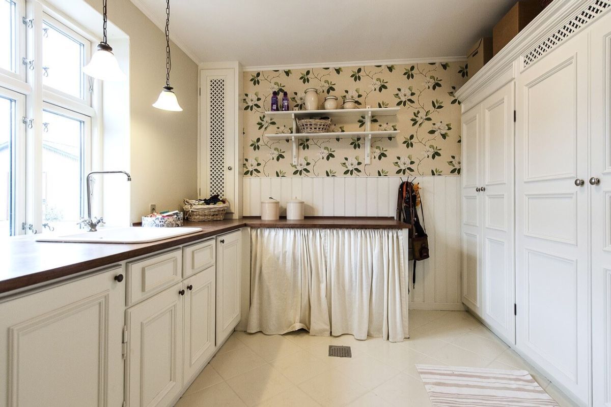нюдовый интерьер светлой кухни в стиле прованс