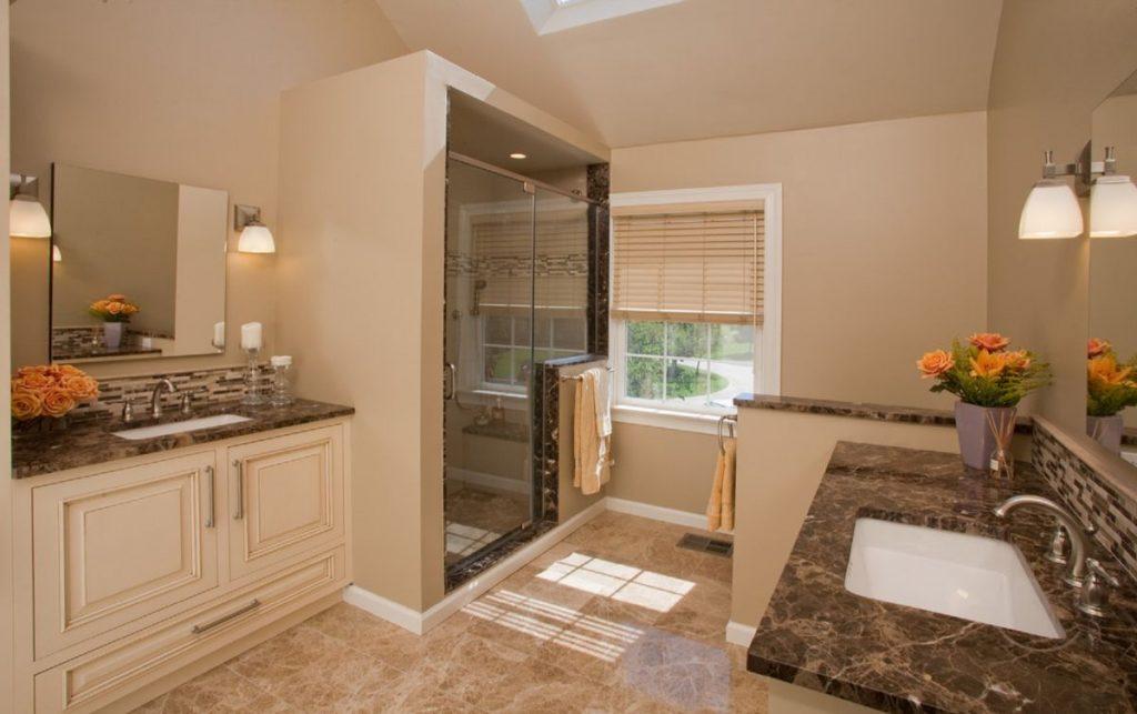 нюдовый интерьер ванной в бежевом цветовом решении