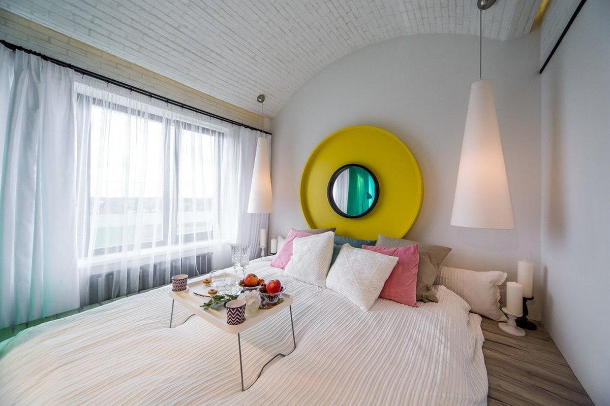 зеркало на стене в интерьере спальни