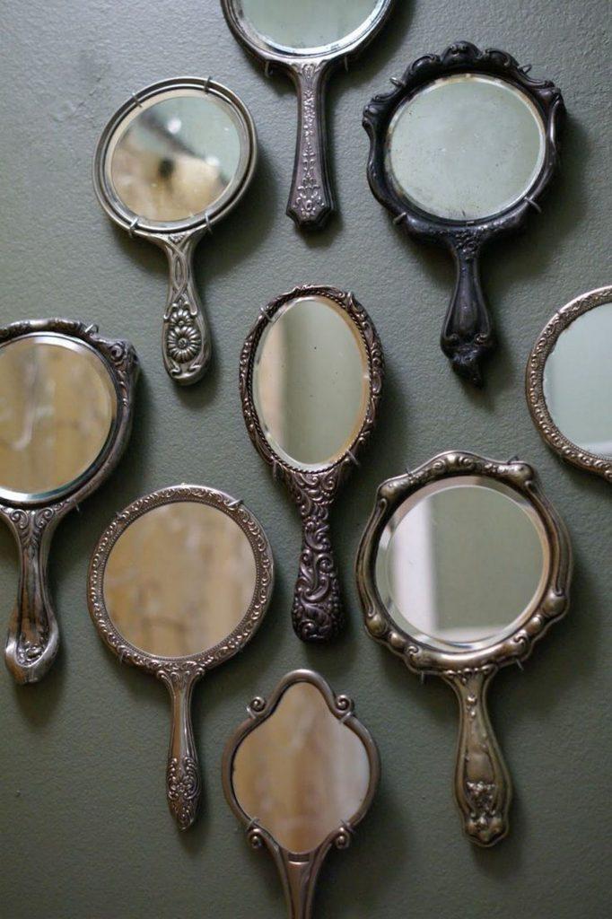 зеркало на стене в интерьере ванной