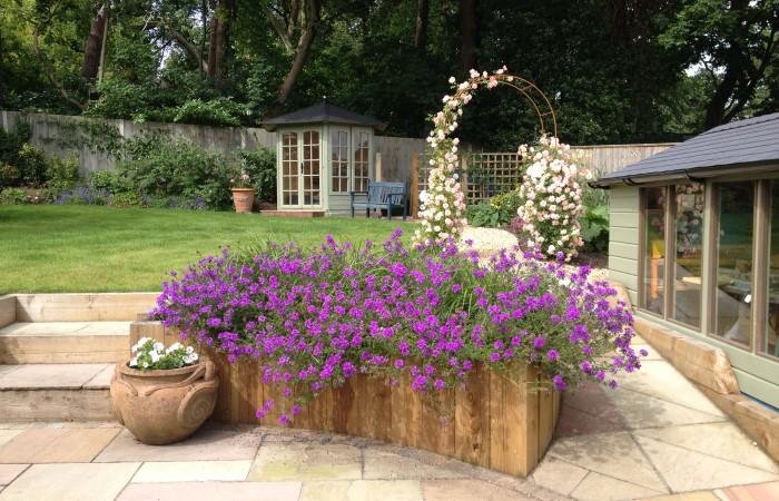Как красиво обустроить двор дома в деревне в современном стиле