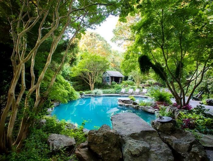 Бассейн во дворе дома - идея оформления в природном стиле