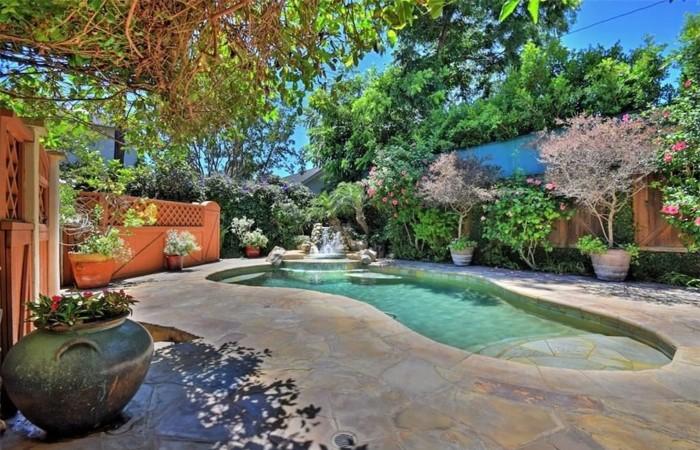Чем выложить большой бассейн во дворе дома