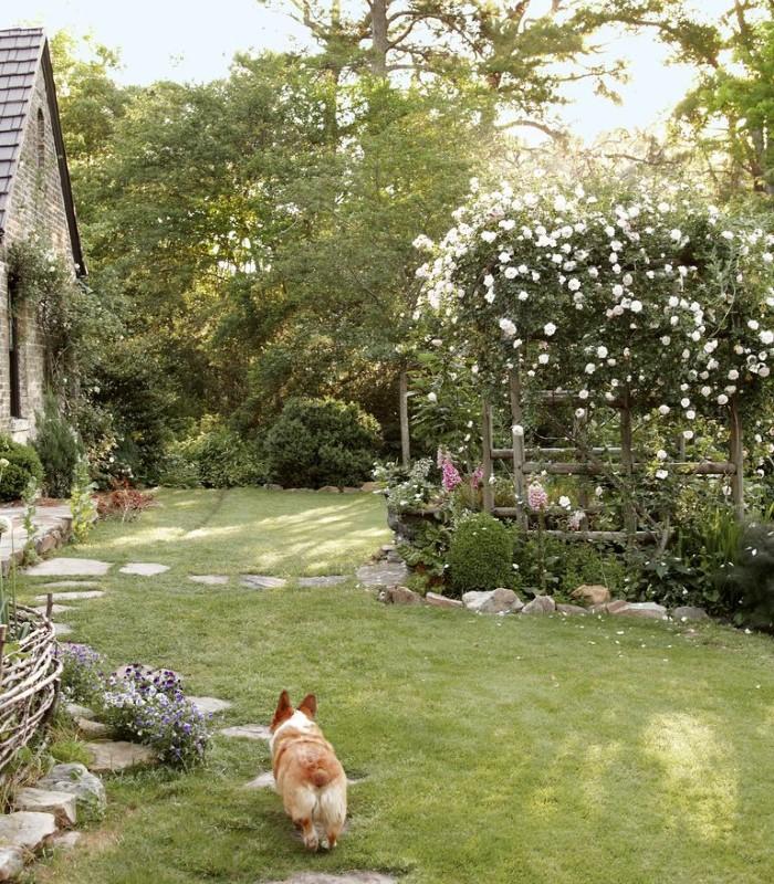 Оформление двора дома в деревенском стиле