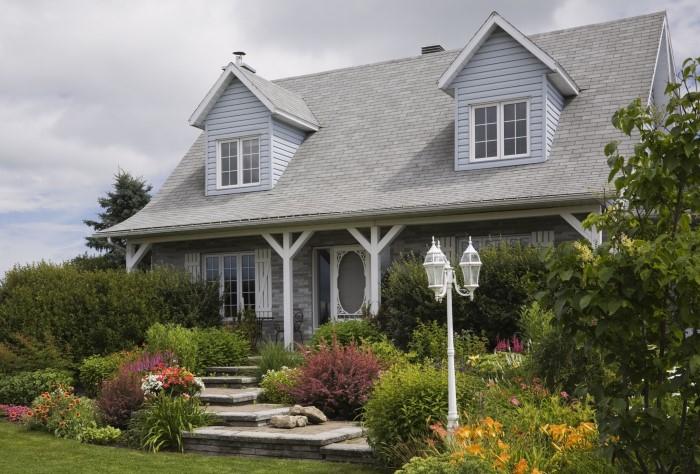 Натуральный ландшафтный дизайн двора дома в деревне